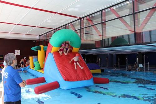 Festa aquàtica de fi de curs amb inflables i berenar